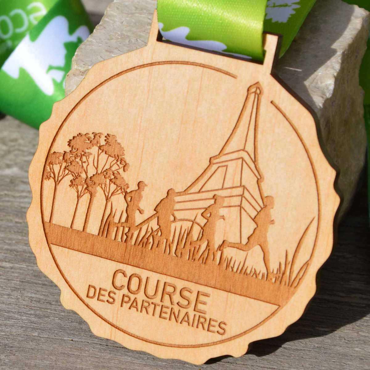 Médaille finisher éco-trail de Paris en bois gravé au laser